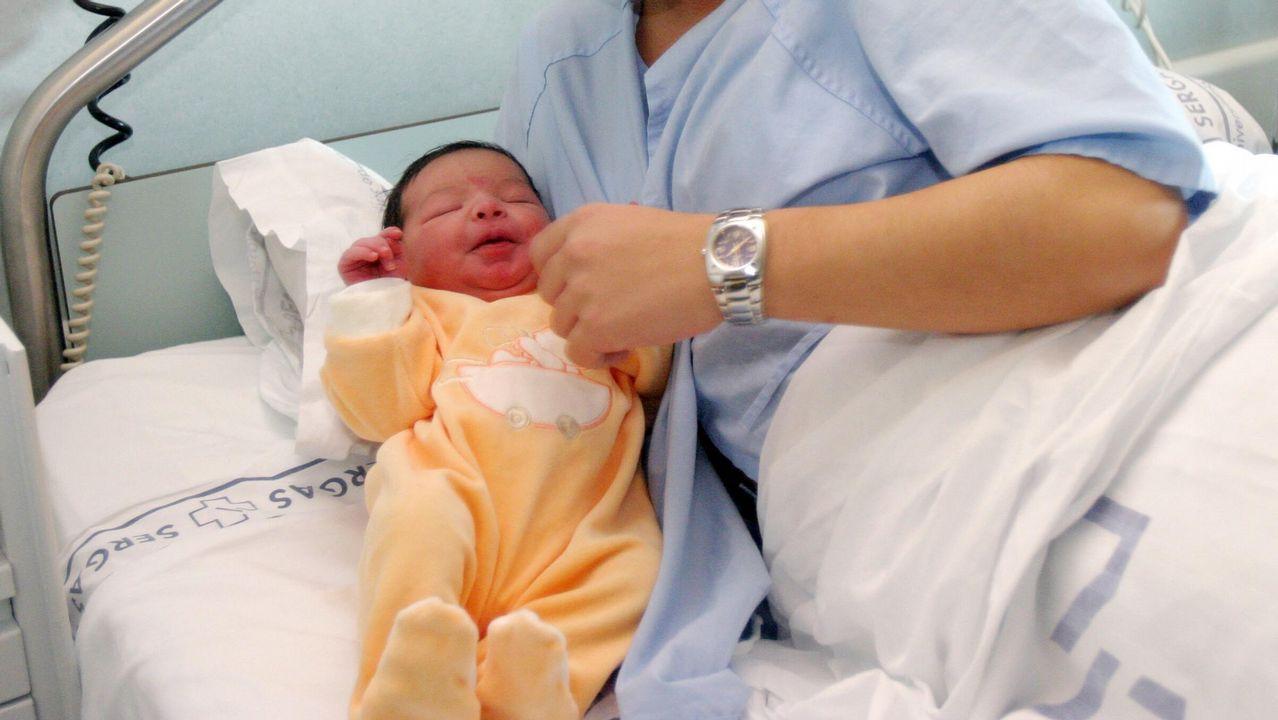 Parto en hospital bebé con su madre
